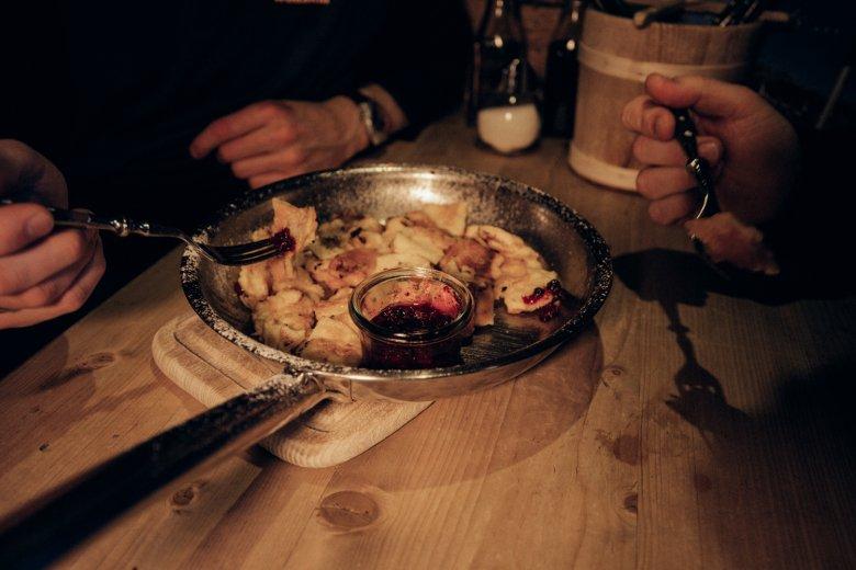 Jakob Prantl setzt auf traditionelle Tiroler Gerichte, die Zutaten produziert er in der eigenen Landwirtschaft oder bezieht er aus der unmittelbaren Umgebung.