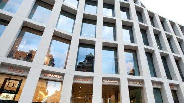 La facciata dello Shopping Center Kaufhaus Tyrol dell'architetta David Chipperfield., © Tirol Werbung