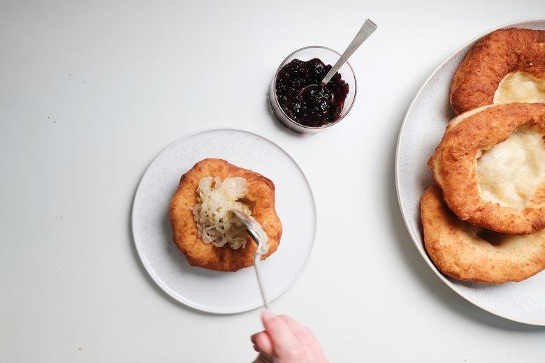 Servire le frittelle con marmellata di mirtilli, con zucchero a velo oppure – per chi ama il salato – con i crauti.