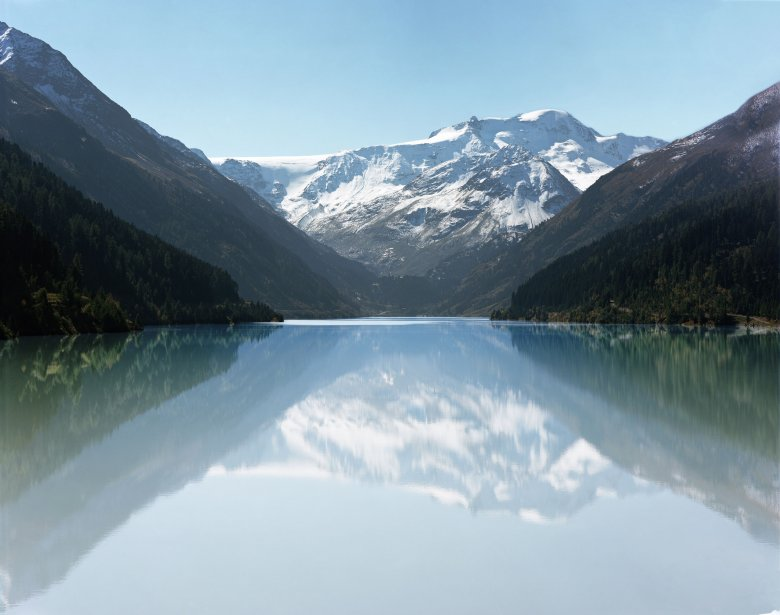 Davanti il lago artificiale Gepatschstausee, dietro il ghiacciaio nella valle Kaunertal.