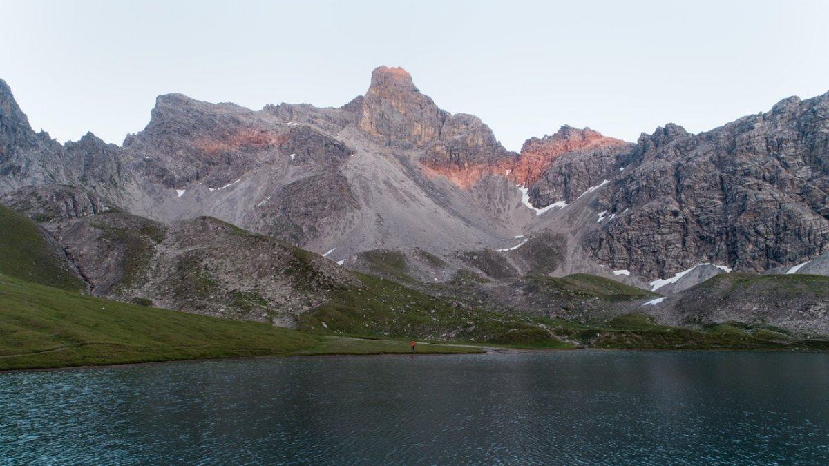 Il lago Steinsee davanti un'imponente scena alpina.