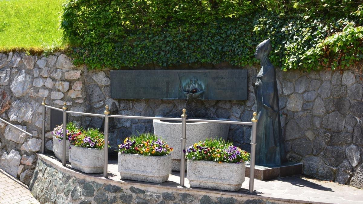 Si dice, che l'acqua della fontana Fieberbrunnen vicino alla chiesa parrocchiale abbia un' effetto curativo, © PillerseeTal