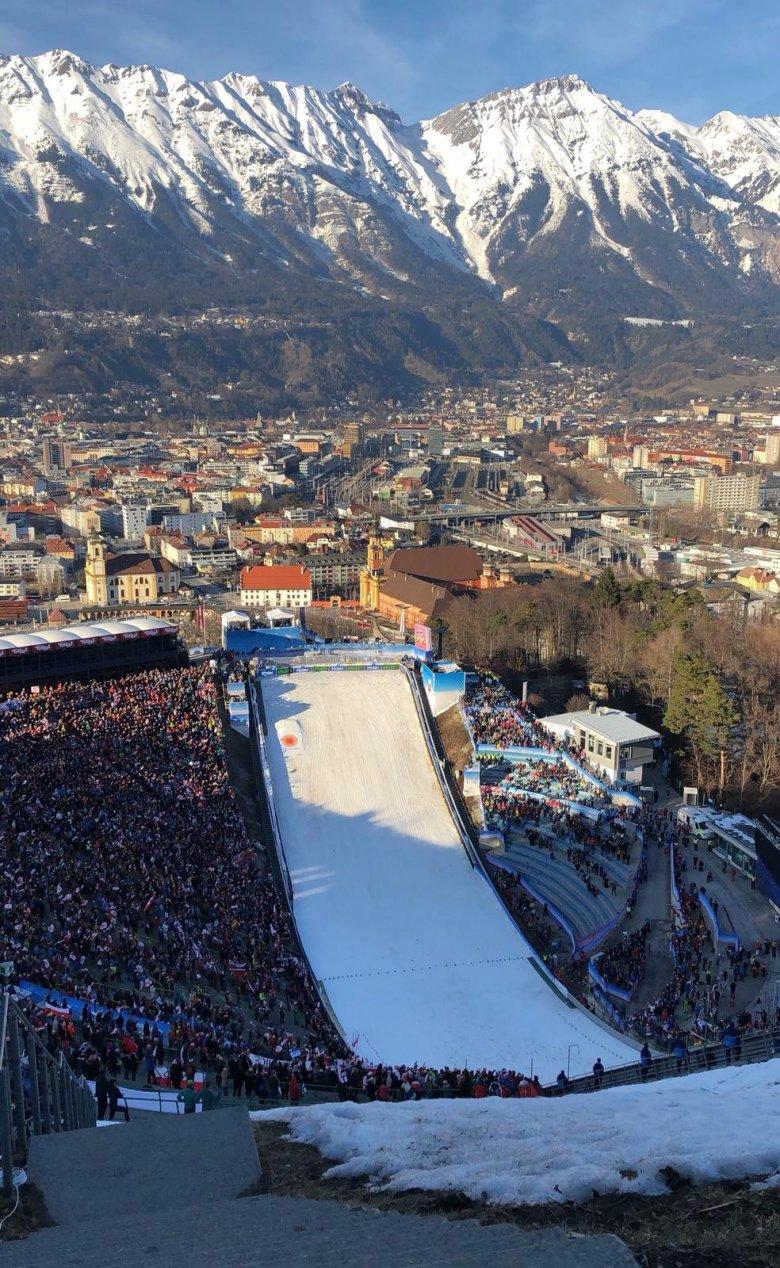 Numerosi eventi sportivi hanno luogo sul trampolino del salto con gli sciistica