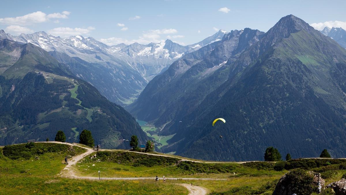 Per chi ama volare col parapendio, l'area del monte Penken è perfetta da punto di vista termica. Per chi non vuol volare da solo, c´è anche la possibilità di un volo tandem., © Mayrhofner Bergbahnen