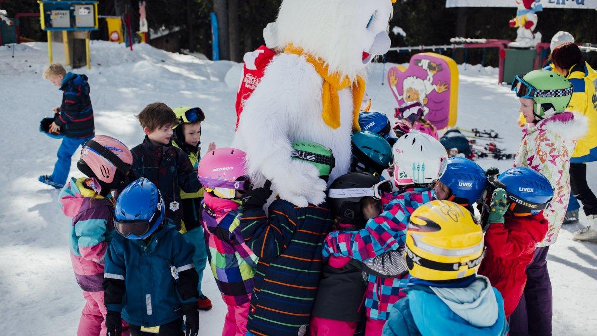 Ogni scuola di sci ha la sua propria mascotte, che a volte appare di persona sulla pista e fa le coccole ai piccoli., © Tirol Werbung/Fritz Beck