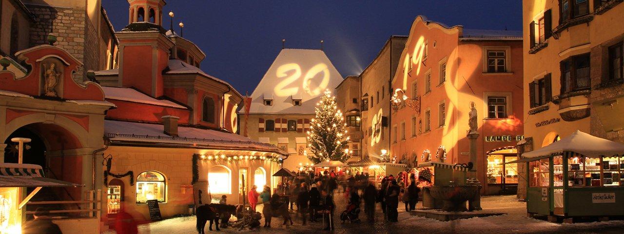Il centro storico di Hall sembra di essere un calendario d'Avvento enorme, © Haller Advent