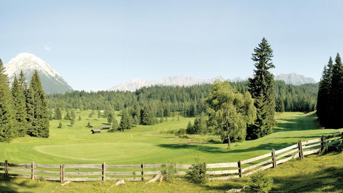 """Il campo da Golf Seefeld-Wildmoos è immerso tra dolci colline e boschi di latifoglie. Fa parte dei """"Leading Golf Courses"""" europei e viene considerato uno dei campi più bel situati del mondo., © Olympiaregion Seefeld"""