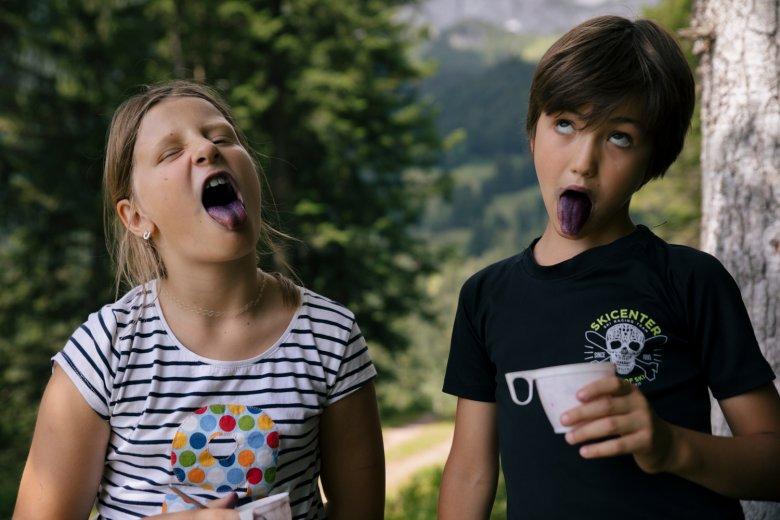 Stella e Maxi trovano più bacche e vincono di gran lunga nella gara della lingua più blu!