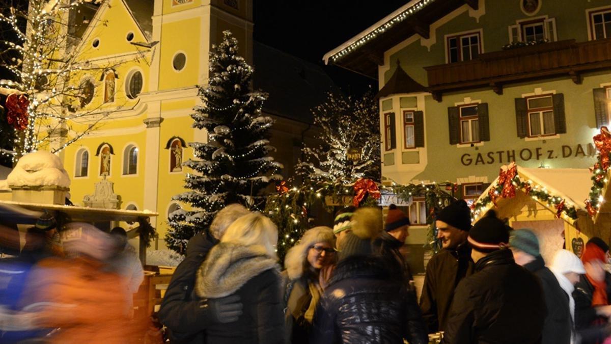 Piccolo mercatino con un'atmosfera accogliente: L'Avvento a St. Johann in Tirol, © Ortsmarketing St. Johann in Tirol/Markus-Rudolf