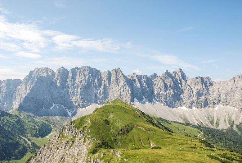 Dalla cima Mahnkopf sopra il rifugio Falkenhütte si gode del panorama sulle pareti Laliderer Wände. , © Jannis Braun