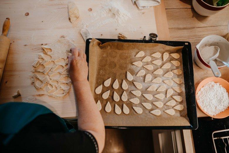 Tagliare con un tagliapasta a forma di goccia, infornare per 10-15 minuti a 170/175 in modalità ventilata (osservare). Lasciar raffreddare.