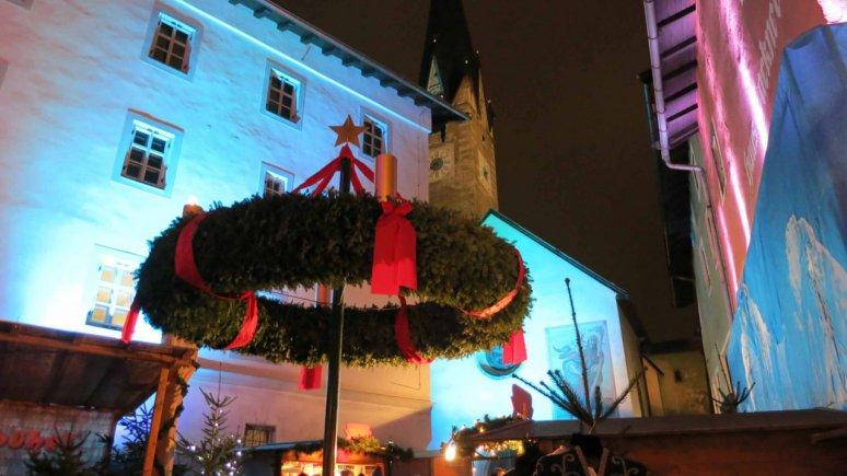 La gigantesca corona d'Avvento (Adventkranz) nel centro del Mercatino di Natale., © Tirol Werbung/Esther Wilhelm