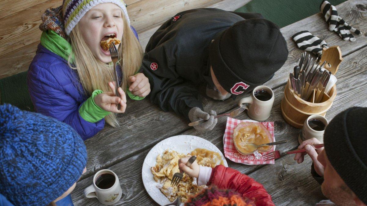 Nelle scuole di sci si pranza in comune. Così il pranzo piace di più e i bambini sono accuditi nel modo migliore., © Tirol Werbung