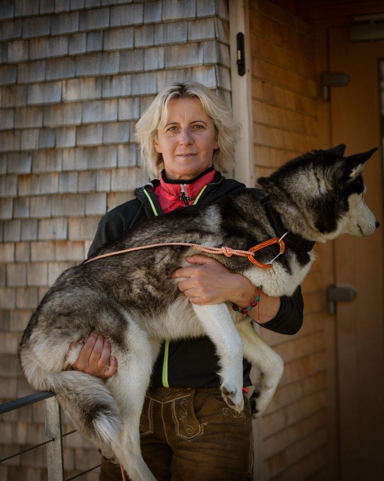 Katharina Daum aveva 27 anni ed era madre single quando decise di prendere in gestione per la pima volta un rifugio. Ora, 23 anni dopo, gestisce con il figlio ormai 30enne il rifugio Olperer nella valle Zillertal.