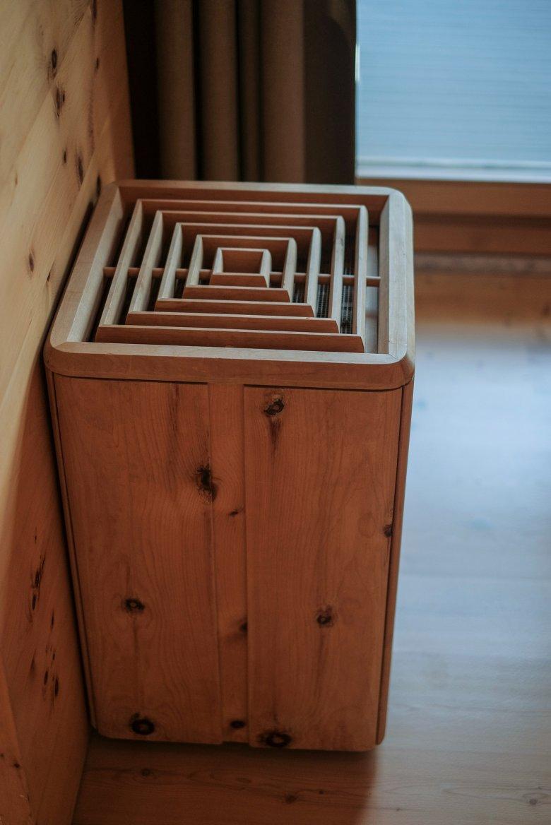 Il legno è onnipresente: sia che si tratti di copertura per radiatori o cesti per la carta.