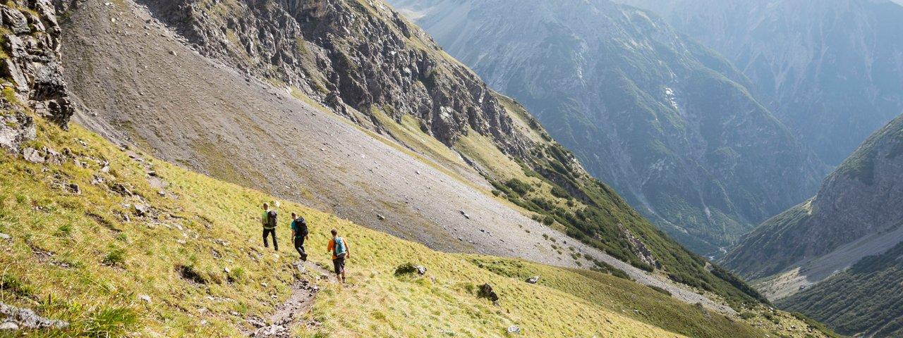 Camminare sul sentiero di lungo percorso nelle Alpi della Lechtal, © Tirol Werbung/Dominik Gigler
