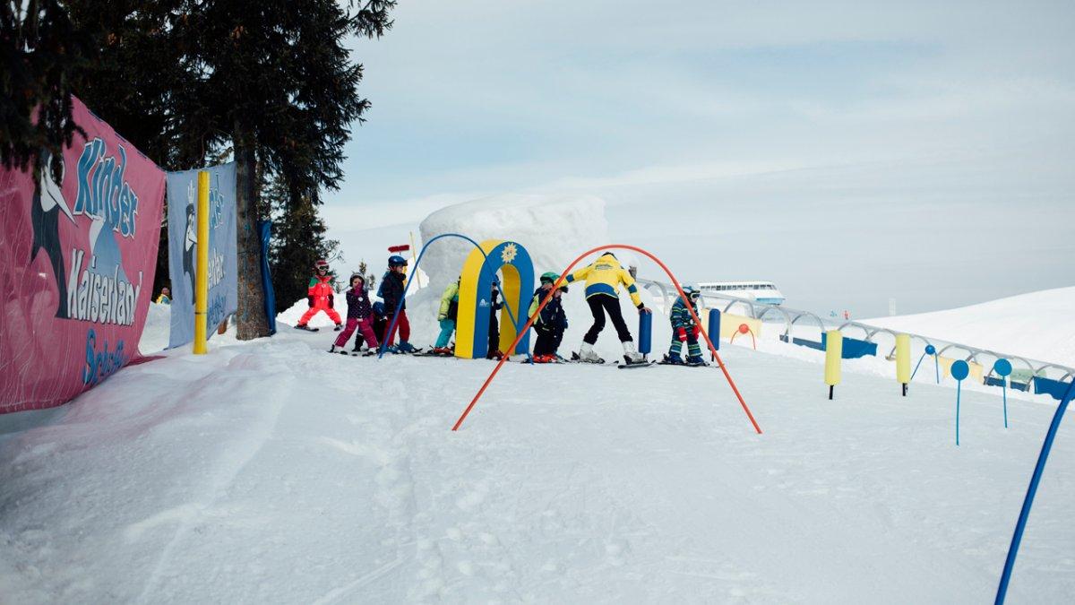 Ogni scuola di sci dispone di un'area riservati ai bambini con tapis roulant, percorsi slalom e caroselli sci., © Tirol Werbung/Fritz Beck