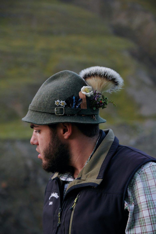 Decorazione destinata a sfiorire: genziane, arnica alpina e rododendri sui cappelli dei pastori. Non perdono mai splendore, invece, le stelle alpine di feltro e i sempreverdi.