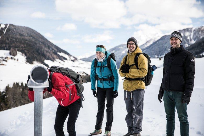C'è tanto da vedere: Nico, Jana, Andreas e il nostro autore Wolfgang (a destra) sopra Kartitsch.