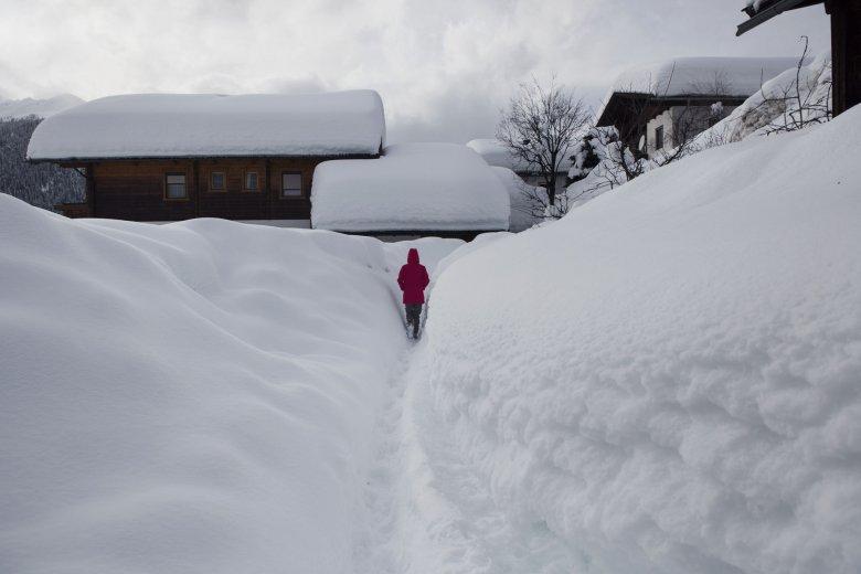 Sciatori passeggiato tra le superinnevate stradine di Obertilliach (Foto: Tirol Werbung)