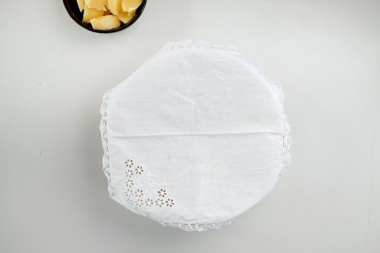 Coprire l'impasto con un po' di farina per evitare che si attachi alla parte inferiore del coperchio quando livieta.