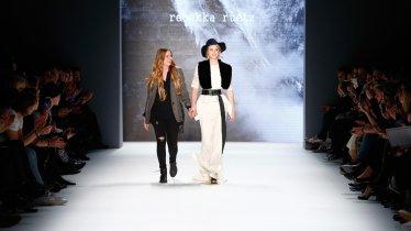 La stilista tirolese Rebekka Ruétz sulla passerella della Berlin Fashion Week., © Frazer Harrison/Getty Images