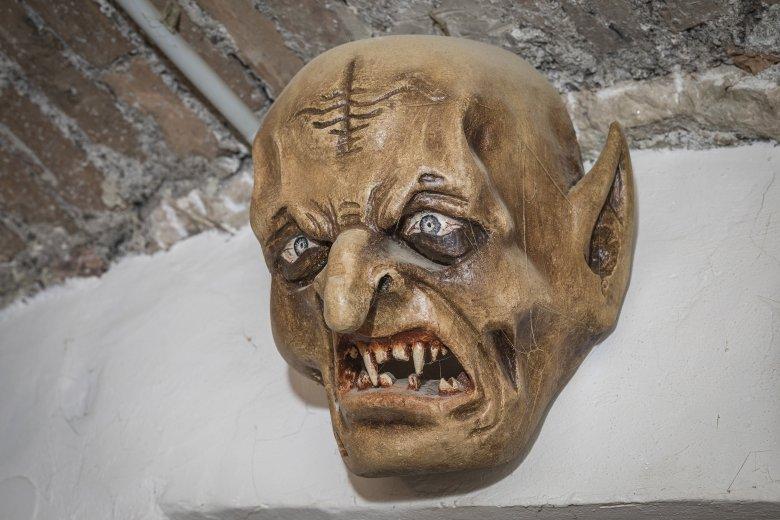 """La sua prima maschera detta """"Larve"""" ha ancora oggi un posto d'onore all'ingresso dell'officina."""