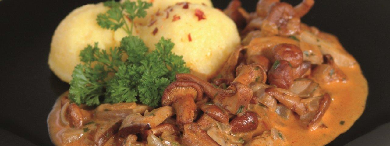 Gulasch di finferli con canederli di patate, © Tirol Werbung/Anton Nolf
