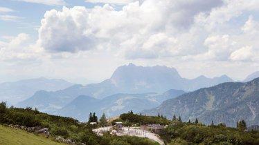 Triassic Park con lo sfondo del Wilder Kaiser, © Tirol Werbung/Frank Bauer