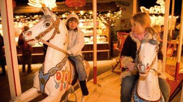 Giostra al mercatino di Natale presso il Marktplatz di Innsbruck., © Tirol Werbung/Laurin Moser