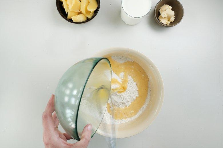 Inserire dolcemente le uova sbattute nella farina.