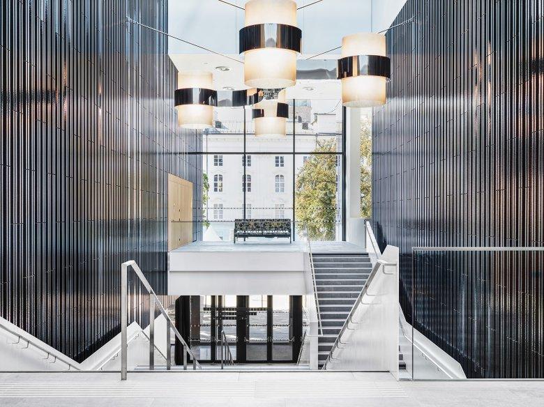 L'ingresso con lampada di Werner Feiersinger e un divano di scena di Carola Dertnig.