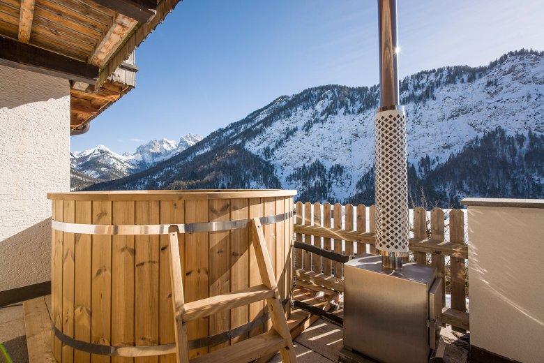 Berg'k'hof – Grande tinozza in legno con vista sulle cime del Kaisergebirge. Foto: Hannes Dabernig