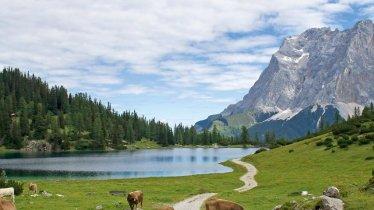Il lago Seebensee, in fondo la Zugspitze, © Tirol Werbung/Markus Jenewein