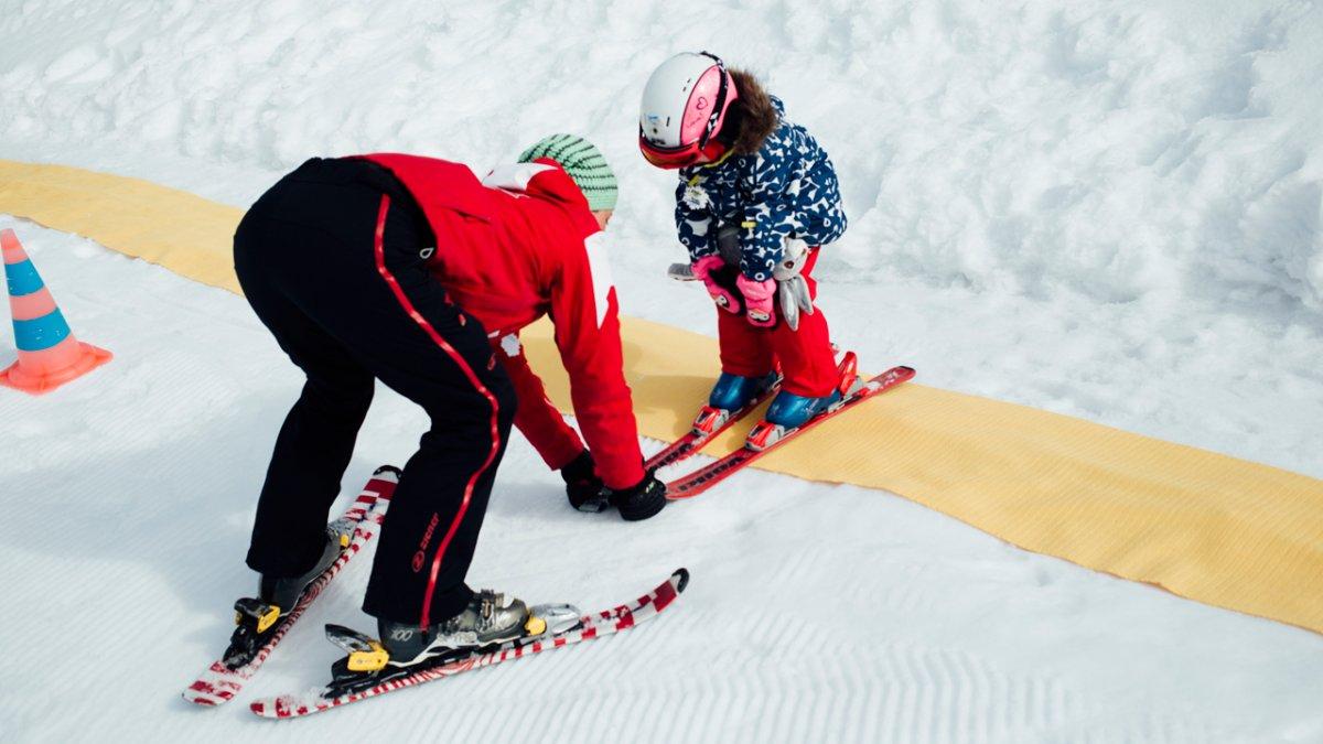 I qualificati maestri di sci conoscono bene le esigenze dei più piccoli e li introducono allo sport sulla neve in modo giocoso., © Tirol Werbung/Fritz Beck