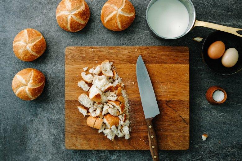 Passo 1: tagliare il pane raffermo