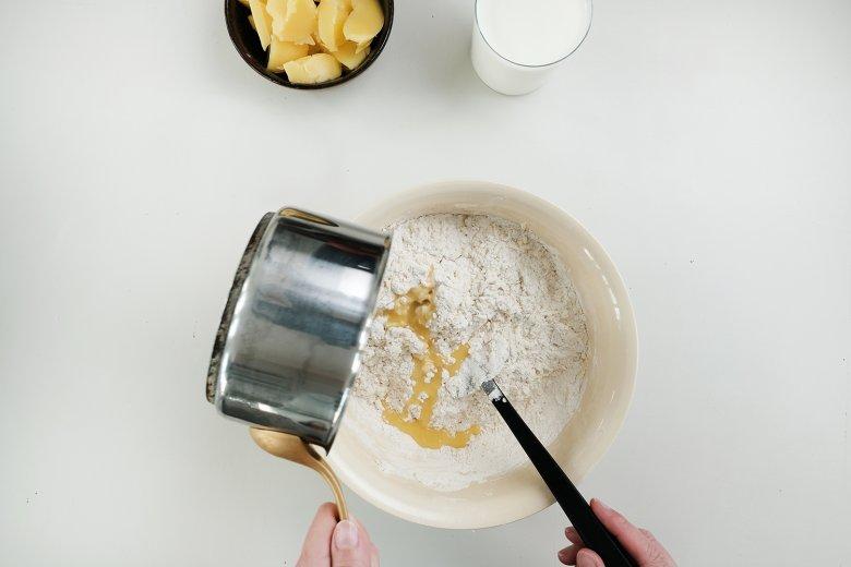 Scogliere il burro. Aggiungere il burro fuso nella crema di uova e farina.