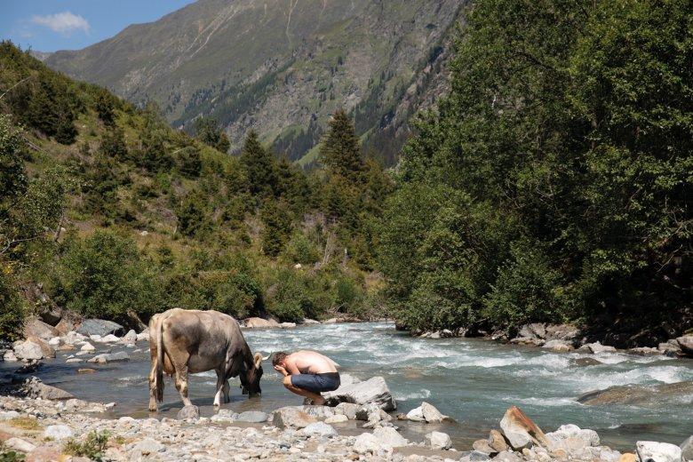 Jannis in buona compagnia mentre si rinfresca nel torrente Pitze