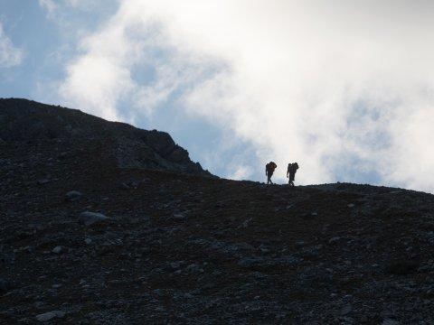 Ognuno porta il proprio zaino: gli ultimi metri fino al rifugio Kaunergrathütte.