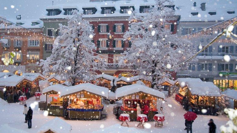 Le bancarelle del Mercatino di Natale a Lienz in Osttirol sotto un fitto manto di neve., © Advent in Tirol