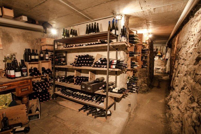 6.000 eersteklas wijnen liggen in de kelder van de Angerer Alm.  De wijnen zijn vaak zelfs van een betere kwaliteit dan de wijnen in het dal.