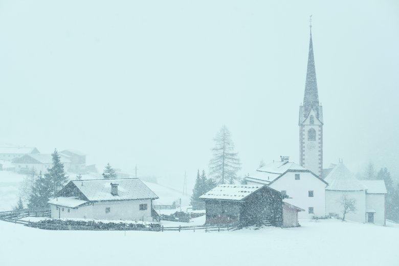 La chiesa di St. Sigmund im Sellrain avvolta da una tempesta di neve.