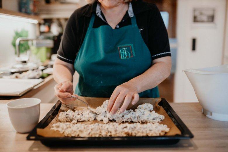 Sbattere le uova e lo zucchero fino a renderlo spumoso, aggiungere la farina, aggiungere le noci e l'uvetta fino ad ottenere una massa densa. Modellare l'impasto formando un filone sulla teglia aiutandosi con un po' d'acqua, cuocere in forno a 180° ventilato per circa 20 minuti.
