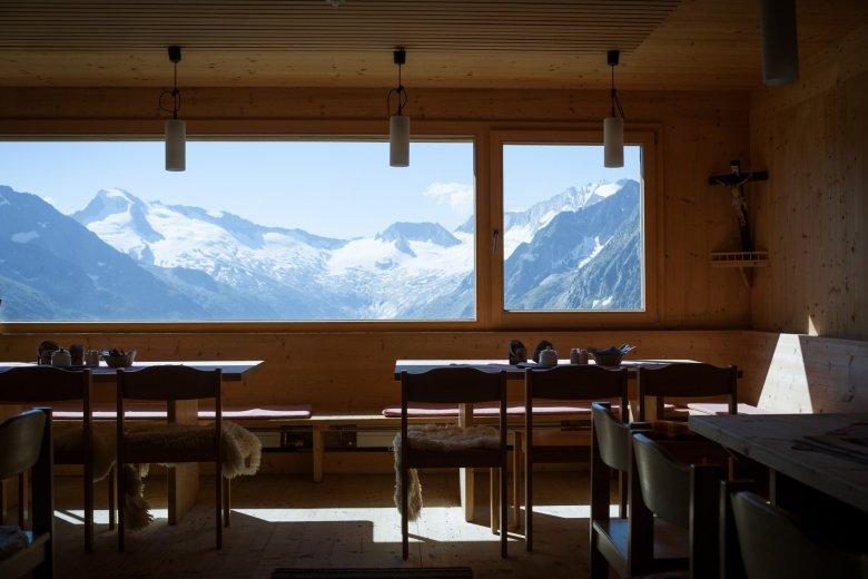 Nel 2007 il rifugio Olperer è stato ricostruito secondo i piani dell'architetto tedesco Hermann Kaufmann. Uno degli highlights della struttura è la gigantesca finestra panoramica della sala pranzo che permette una vista spettacolare sulle Alpi di Tux.