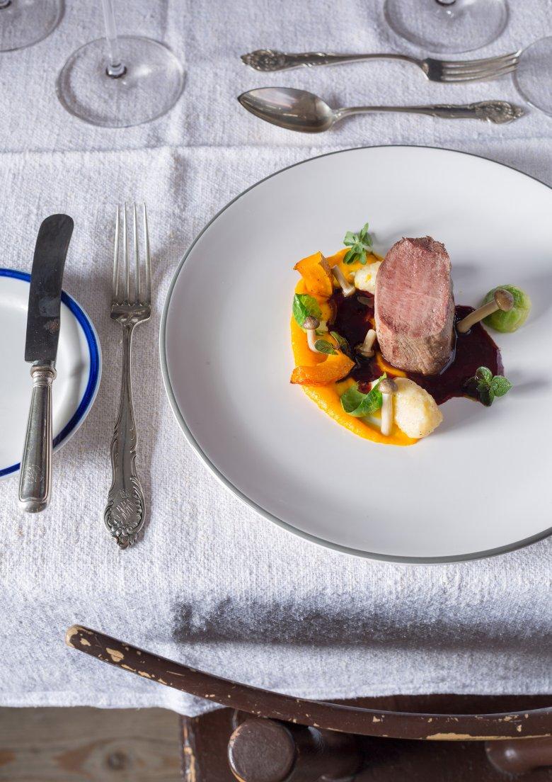 """Il regno di Katharina Foidl: la cucina e le sale """"Gaststuben"""" della baita Angerer Alm. Di giorno vengono serviti piatti della tradizione locale, la sera viene dato ampio spazio alla creatività culinaria."""