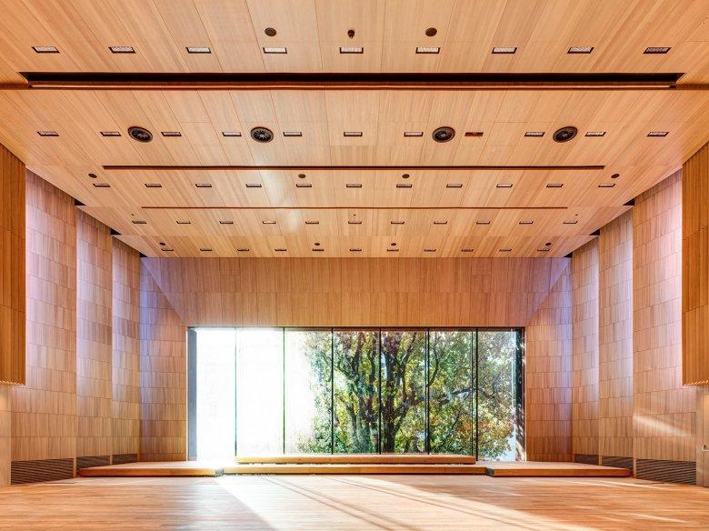 """La """"sala grande"""" odora di quercia e può ospitare 500 spettatori. L'acustica perfetta è adatta a concerti, letture e prove d'orchestra. Nessun rumore dall'esterno entra nella sala."""