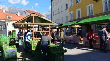 Il mercatino contadino nella piazza Wiltener Platzl, © Tirol Werbung /Michael Gams