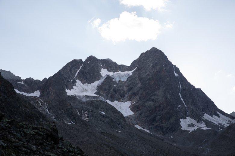 La doppia vetta della Watzespitze. La cresta est attraversa la parte più scura dell'immagine.
