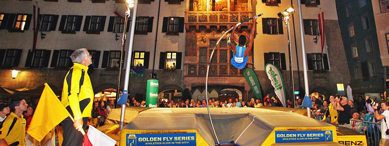 Atleti top nel centro storico di Innsbruck nell'occasione del Golden Roof Challenge, © Helmut Ploberger