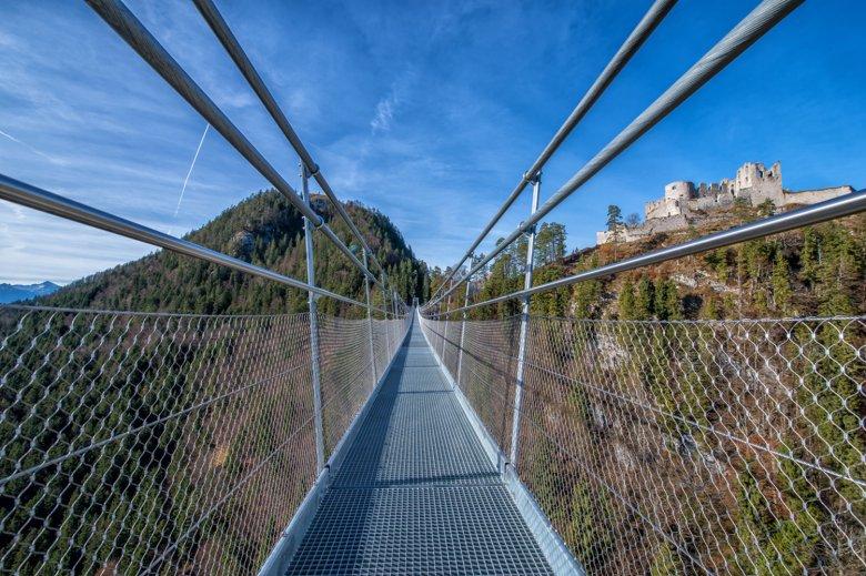 Camminando sulla Highline con vista sulla fortezza Burg Ehrenberg. , © Naturparkregion Reutte